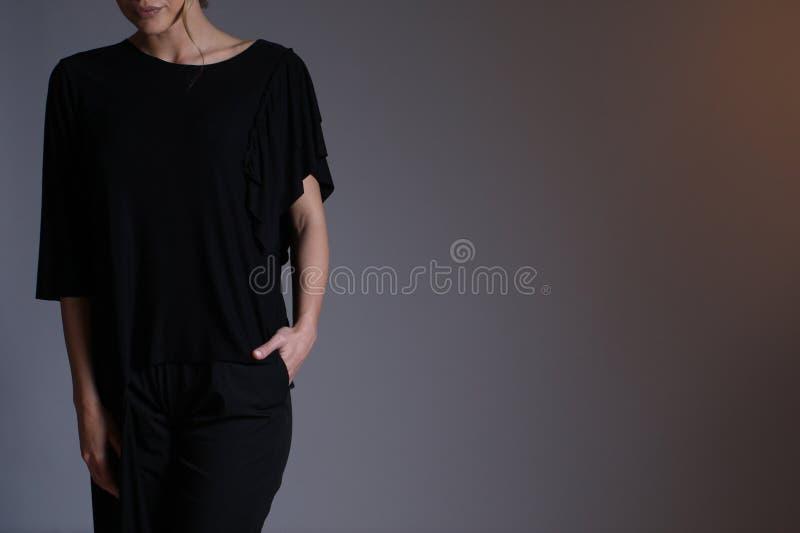 Elegante zwarte uitrusting voor vrouwen in studio royalty-vrije stock afbeeldingen