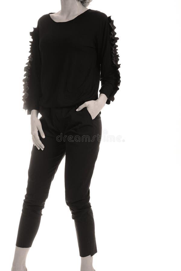 Elegante zwarte uitrusting voor vrouwen in studio royalty-vrije stock fotografie
