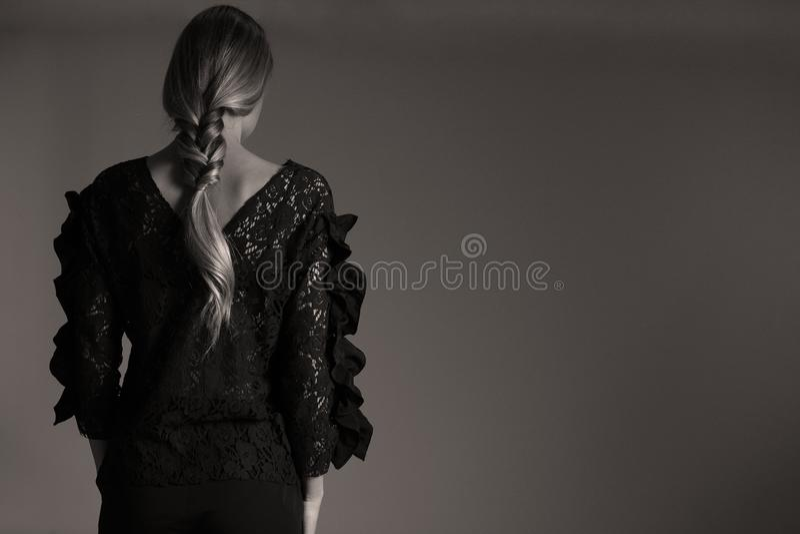 Elegante zwarte uitrusting voor vrouwen in studio, moderne coiffuree royalty-vrije stock foto