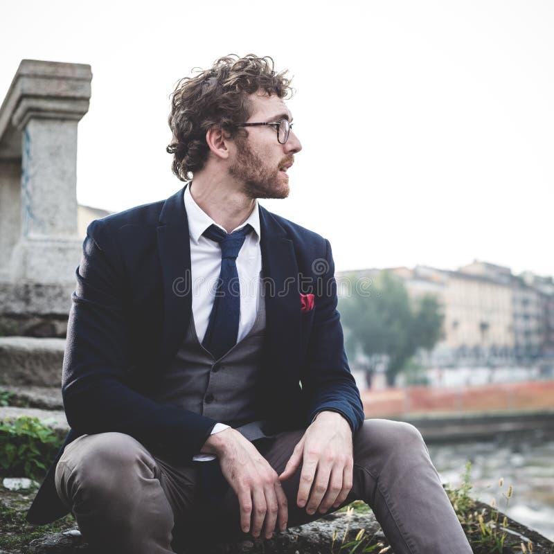 Eleganter attraktiver Modehippie-Mannlebensstil stockfotos