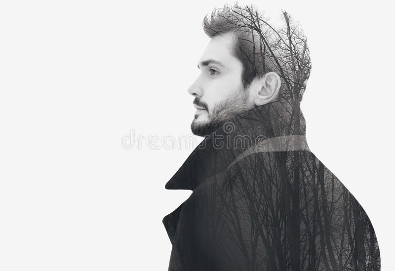 Eleganter bärtiger freier Mann der Doppelbelichtungsmode in den nachdenklichen Blicken des Profils stockbild