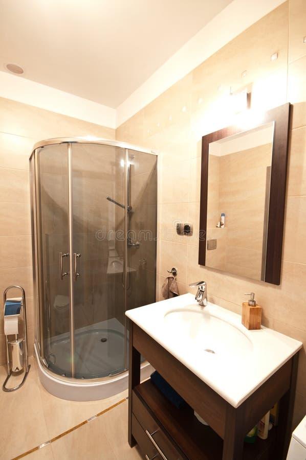 Eleganter Badezimmerinnenraum stockfotos