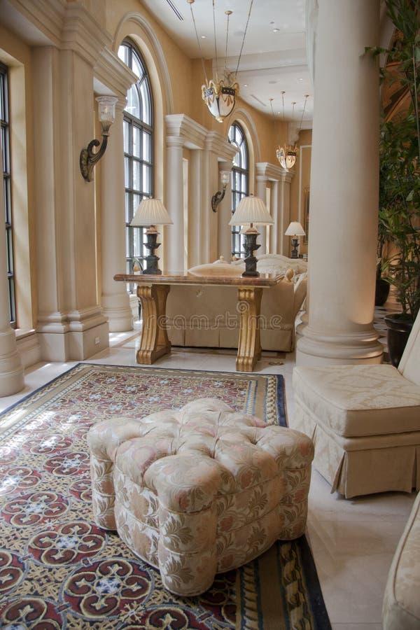 Eleganter beige Puff auf Teppich lizenzfreies stockbild