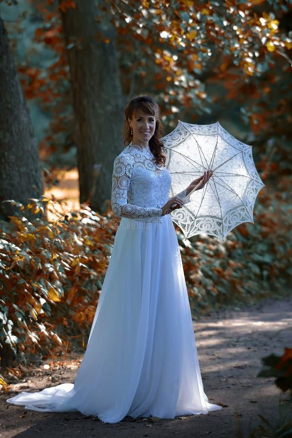 Eleganter Brunette in einem wei?en Kleid der Weinlese stockfotos