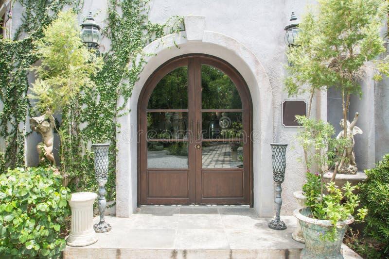 Eleganter h?lzerner Front Door stockbilder
