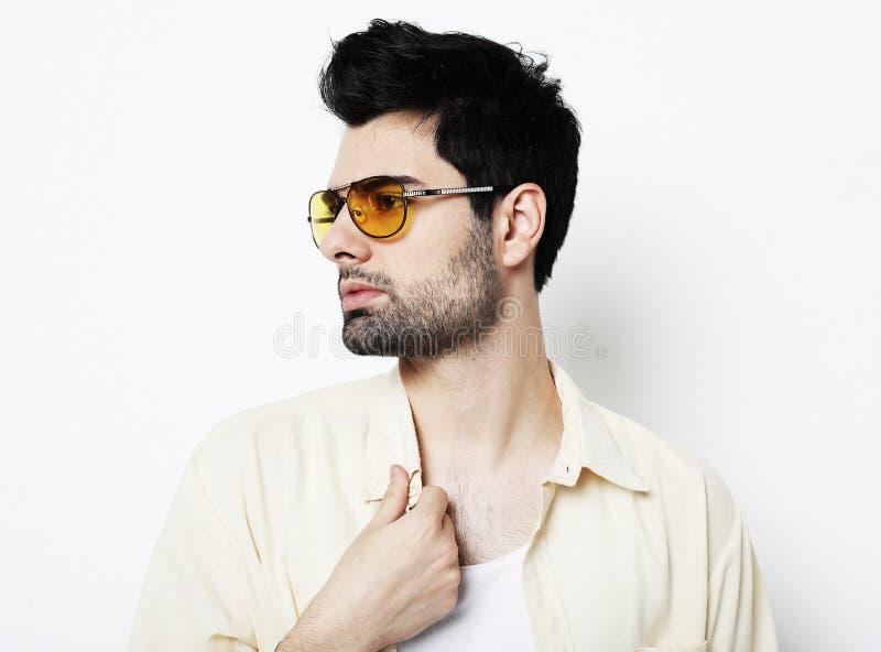 Eleganter junger gut aussehender Mann in der intelligenten Freizeitkleidung und in der Sonnenbrille Mann entfernen irgendjemandes lizenzfreies stockbild