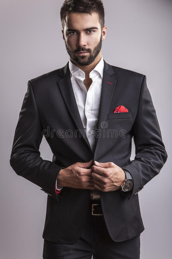 Eleganter junger gutaussehender Mann. Studiomodeporträt. stockfoto