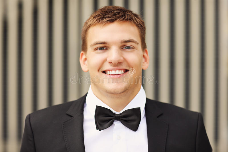 Eleganter junger Mann lizenzfreies stockfoto