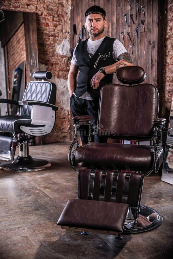 Eleganter junger Mann im Friseursalon stockbild