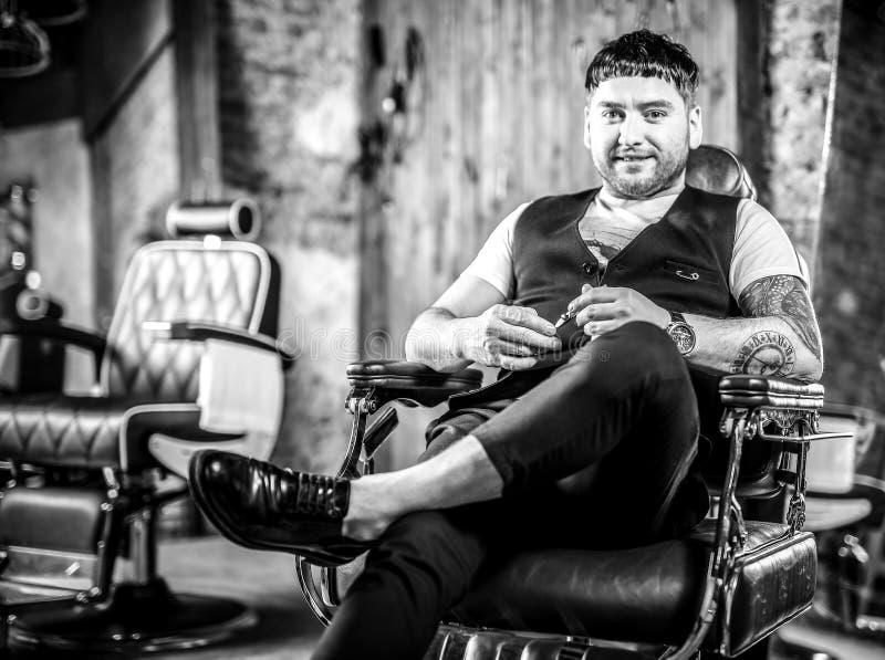 Eleganter junger Mann im Friseursalon Schwarz-weißes Foto lizenzfreies stockbild