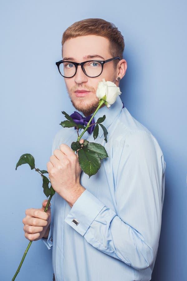 Eleganter junger Mann mit Weißrose Datum, Geburtstag, Valentinsgruß lizenzfreies stockfoto