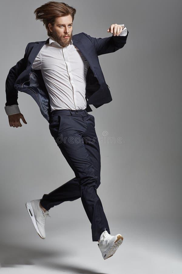 Eleganter junger springender und tanzender Kerl lizenzfreies stockfoto