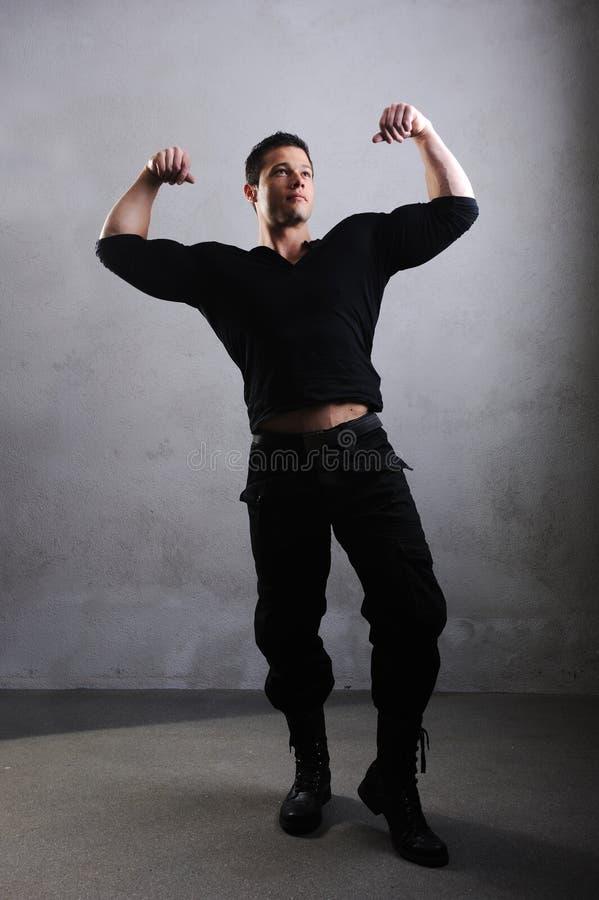 Eleganter junger stattlicher Bodybuilder lizenzfreies stockfoto