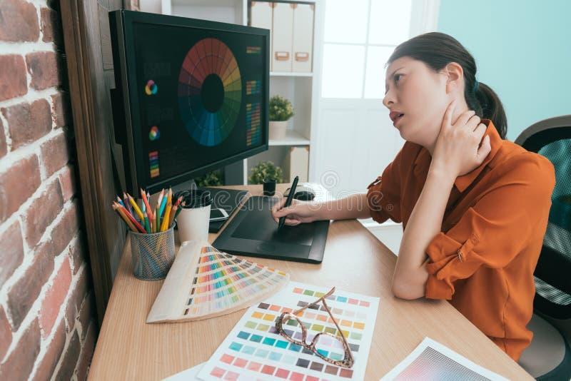 Eleganter junger weiblicher Designer, der digitale Auflage verwendet stockfotos
