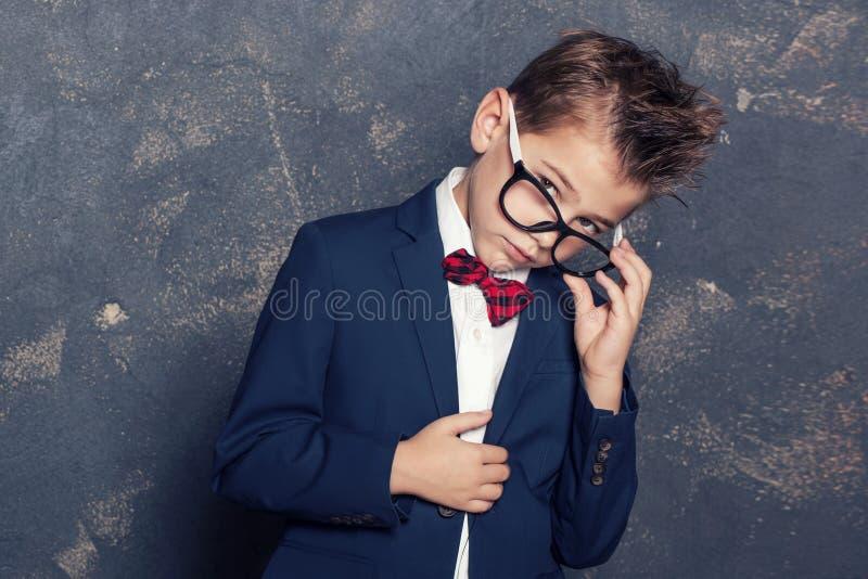 Eleganter kleiner Junge in der Klage stockfotos