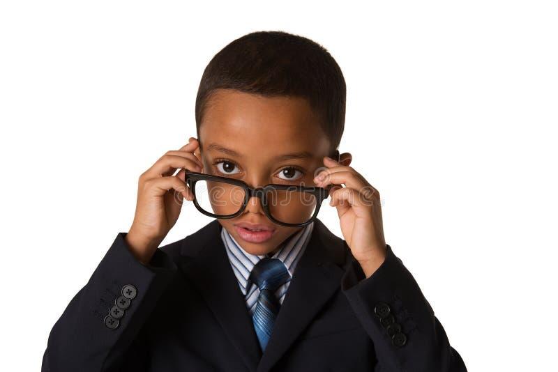 Eleganter kleiner Junge mit Gläsern im Anzug Konzept der Führung und des Erfolgs Getrennt lizenzfreie stockfotos