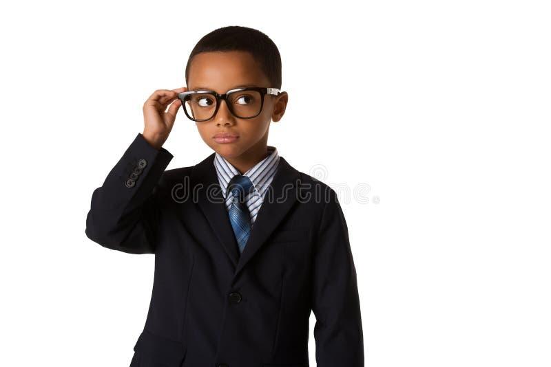 Eleganter kleiner Junge mit Gläsern im Anzug Konzept der Führung und des Erfolgs Getrennt stockfotografie