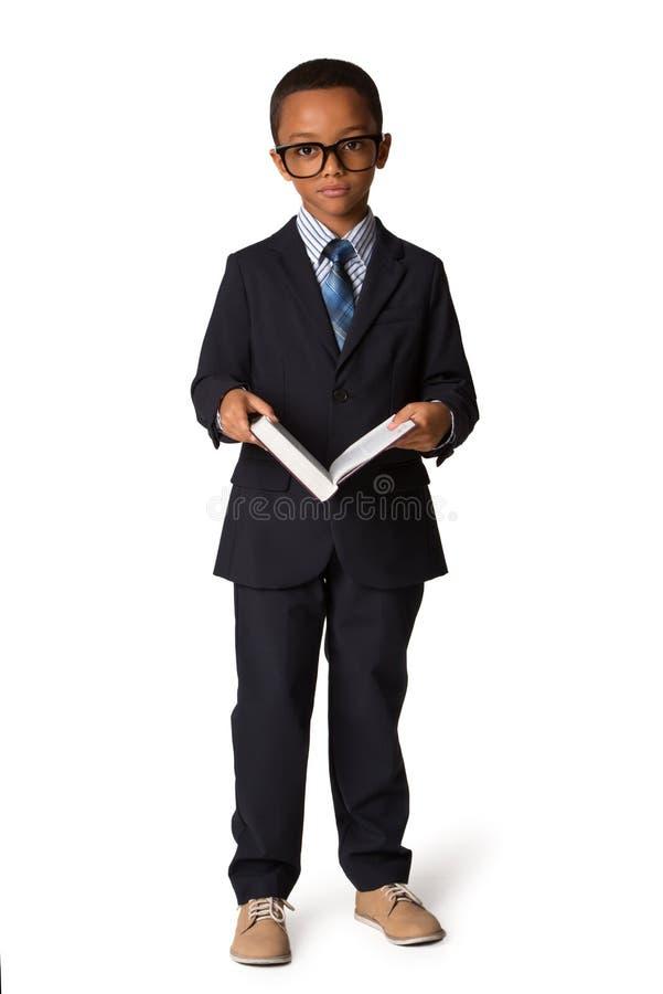Eleganter kleiner Junge mit Gläsern und Buch im Anzug Schönes Tanzen der jungen Frau der Paare Getrennt stockbilder