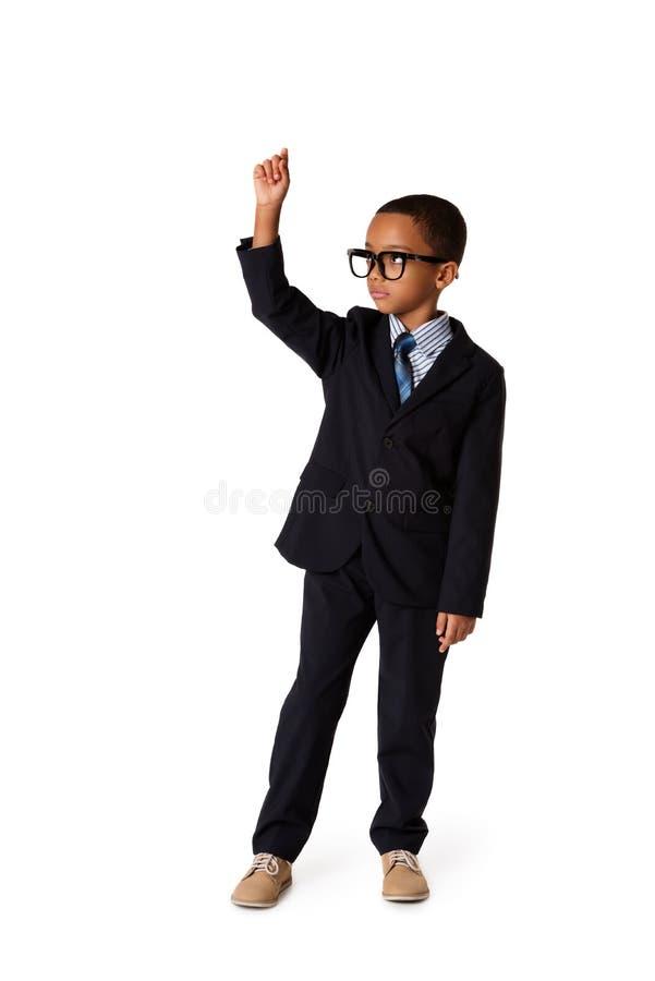 Eleganter kleiner Mann mit Gläsern im Anzug etwas schreibend, lokalisiert stockbilder