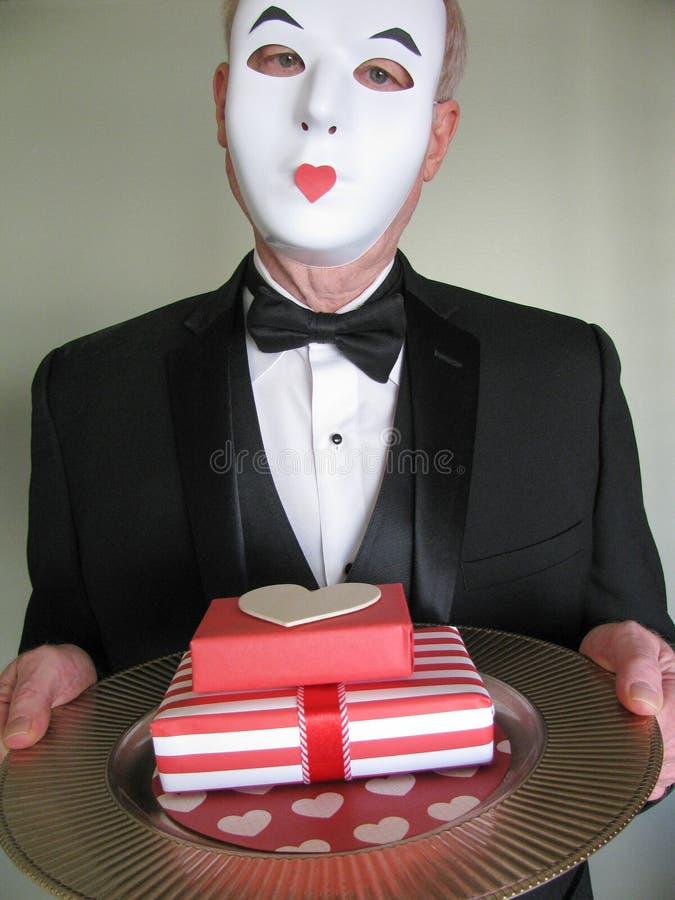 Eleganter männlicher Pantomime liefert Überraschung Valentinsgrußgeschenke stockfoto
