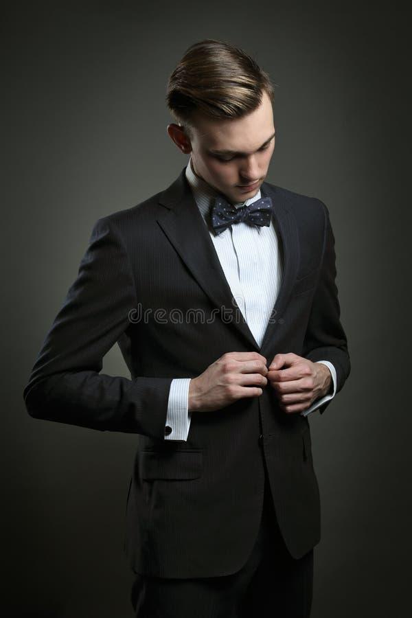 Eleganter Mann, der Anzug kleidet lizenzfreie stockfotos