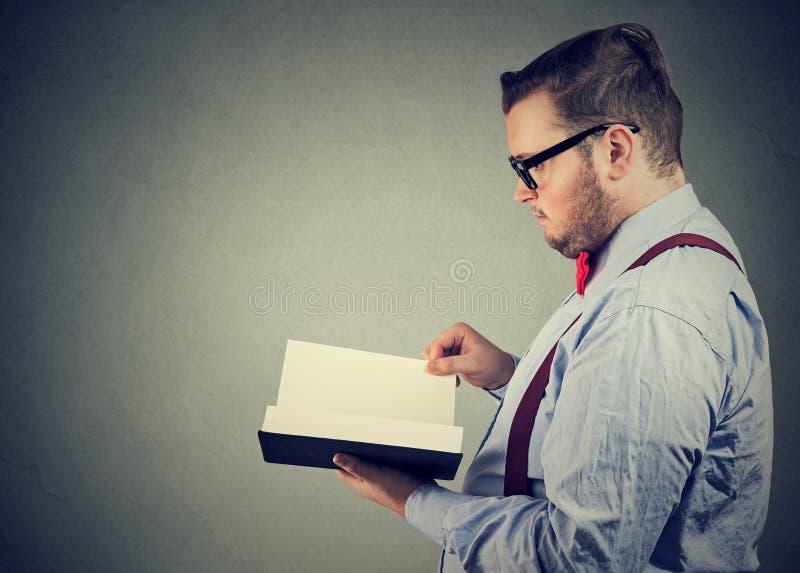 Eleganter Mann, der ein Buch liest lizenzfreie stockfotos