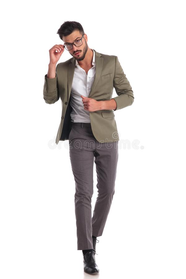 Eleganter Mann, der Gläser beim Gehen und Stellring hält lizenzfreie stockfotos