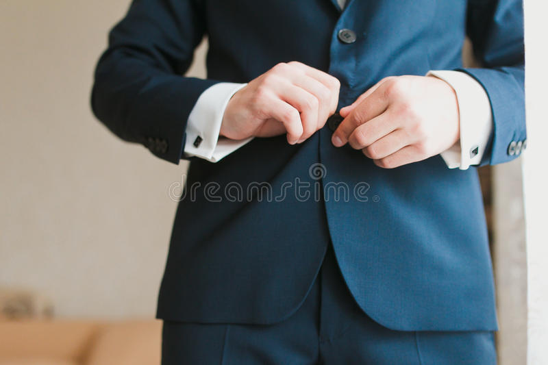 Eleganter Mann, der oben ankleidet stockbilder