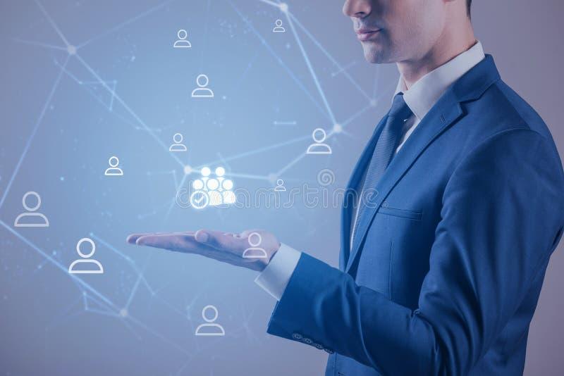 Eleganter Mann zeigt maquette von digitalen Kommunikationen vektor abbildung