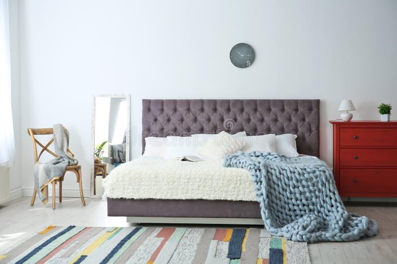 Eleganter Rauminnenraum mit großem Bett lizenzfreie stockbilder