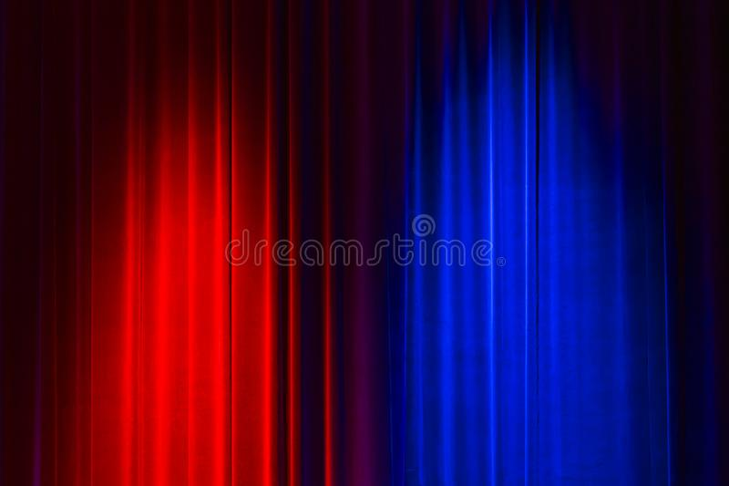 Eleganter roter und blauer Samttheatervorhang stockfotografie