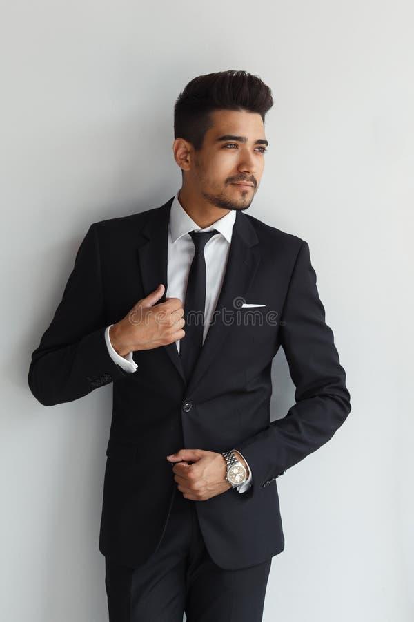 Eleganter stilvoller junger gutaussehender Mann in einer Klage Mann entfernen irgendjemandes Kleidung lizenzfreies stockbild