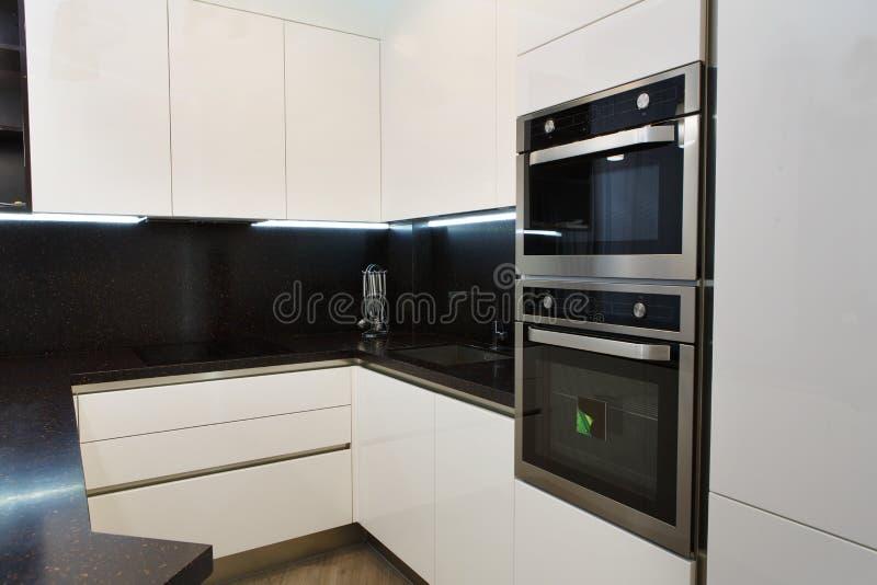 Eleganter und bequemer Kücheninnenraum stockfoto