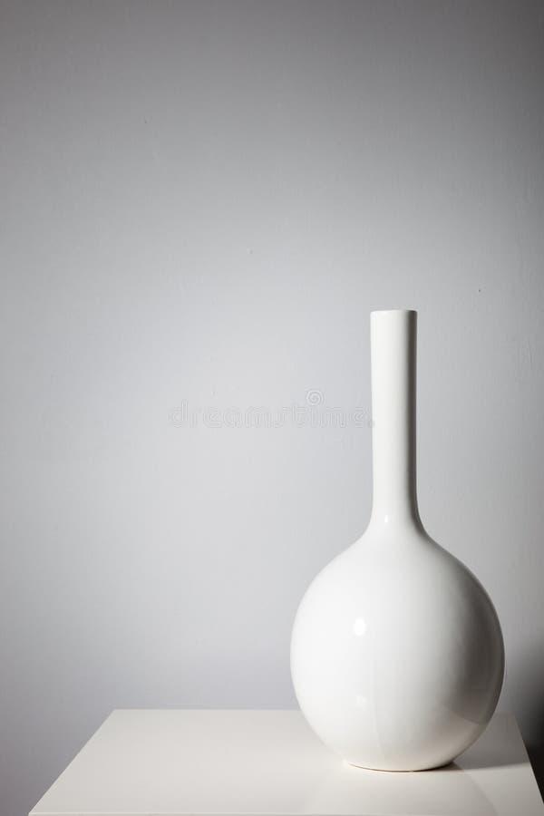Eleganter weißer Vase auf einer kleinen Tabelle stockfoto