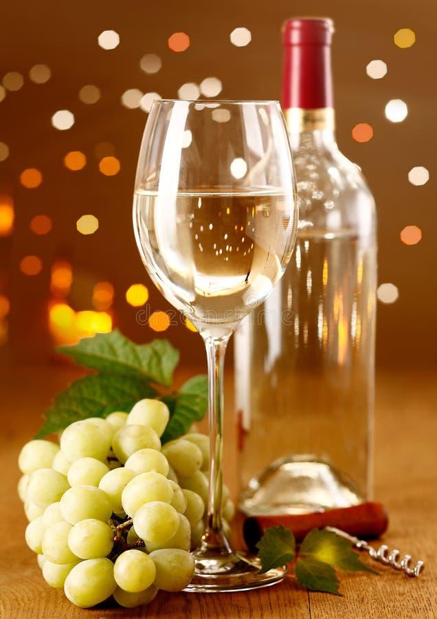Eleganter weißer Wein mit Trauben lizenzfreie stockfotografie