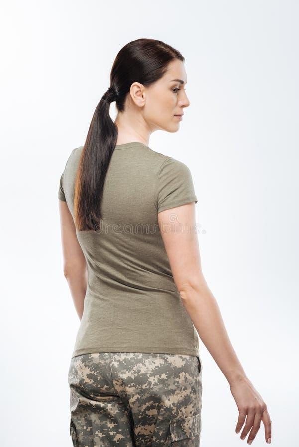 Eleganter weiblicher Soldat, der weggeht lizenzfreies stockfoto