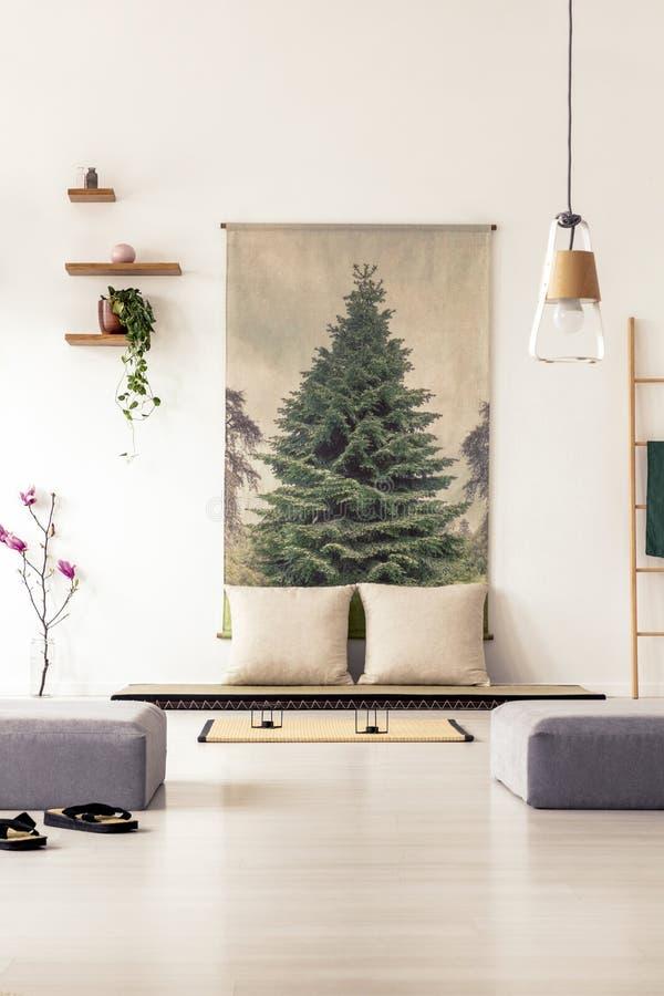 Eleganter Wohnzimmerinnenraum mit einem großen Plakat auf der Wand, grau lizenzfreie stockbilder