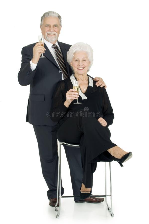 Elegantes älteres Paarrösten lizenzfreie stockfotos