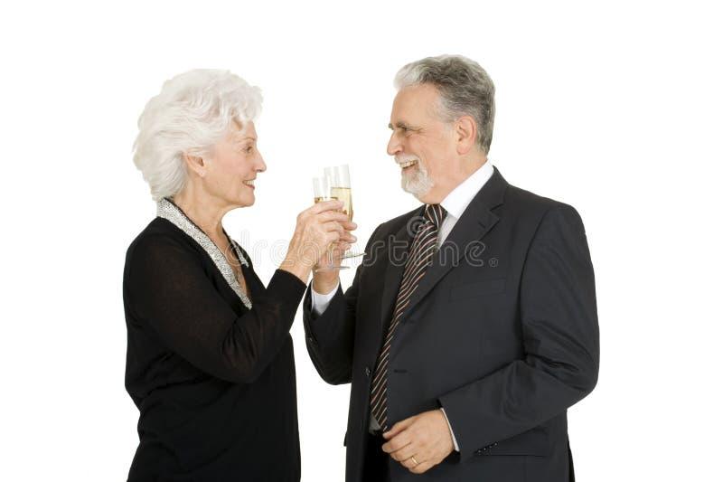 Elegantes älteres Paarrösten stockfoto