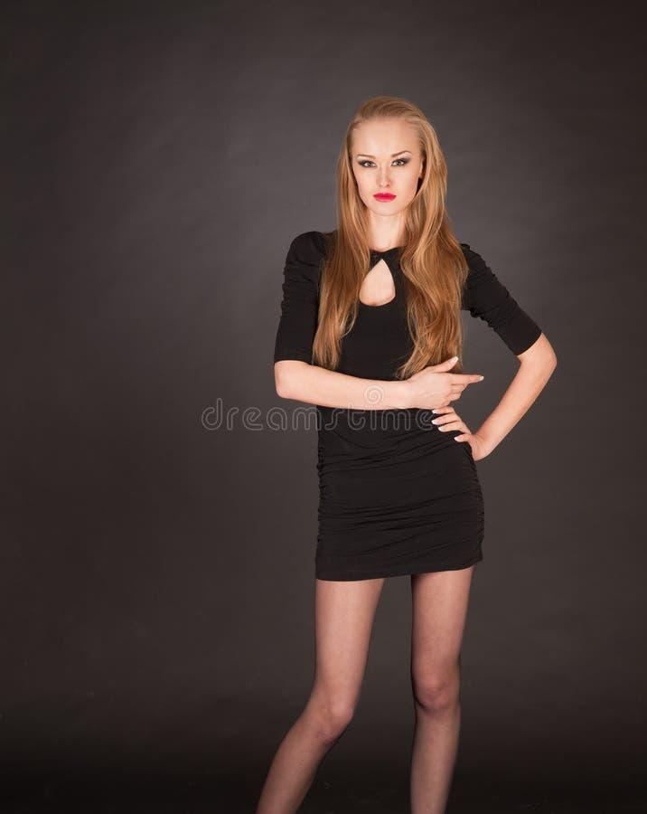 Elegantes aufwerfendes junges blondes Mädchen stockfoto