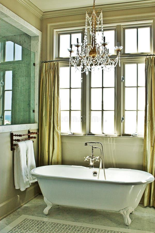 Elegantes Badezimmer Mit Wanne Stockfoto - Bild von elegant, hoch ...
