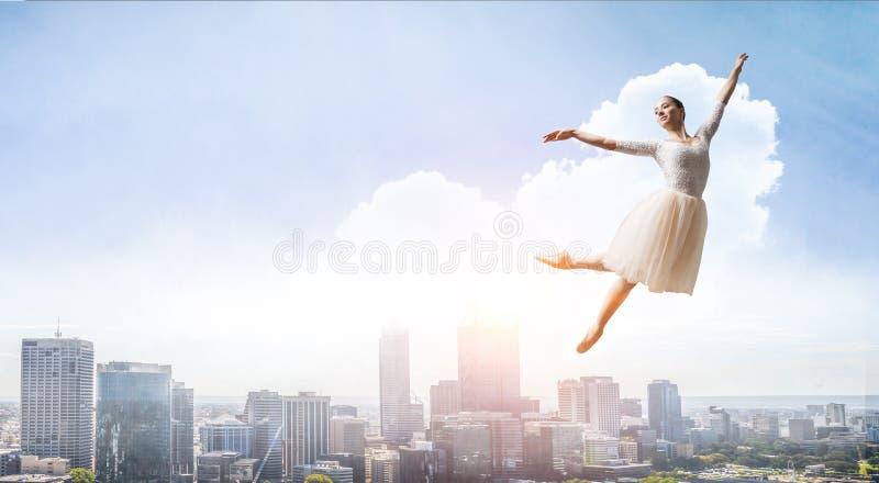 elegantes Ballerinatanzen Gemischte Medien stockbilder