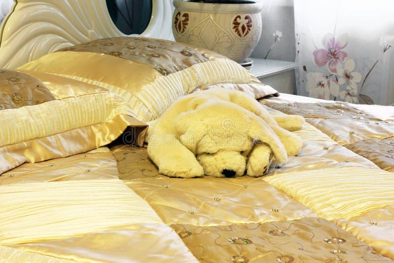 Elegantes Bett Sch?nes Kissen Fragment eines Betts mit wei?er Kissen-, nightstand- und Wandlampe lizenzfreie stockfotografie