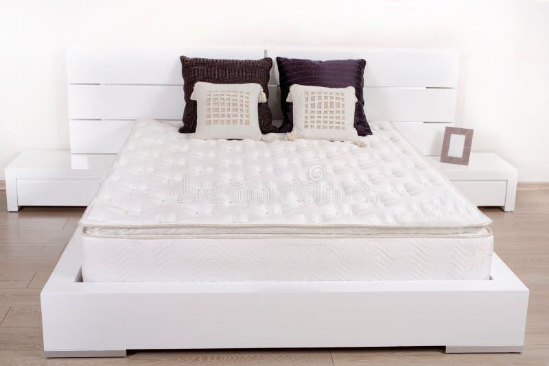 Elegantes fantastisches weißes Schlafzimmer stockbild