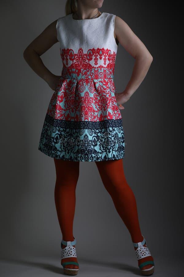 Elegantes farbiges Kleid für Frauen im Studio lizenzfreie stockbilder