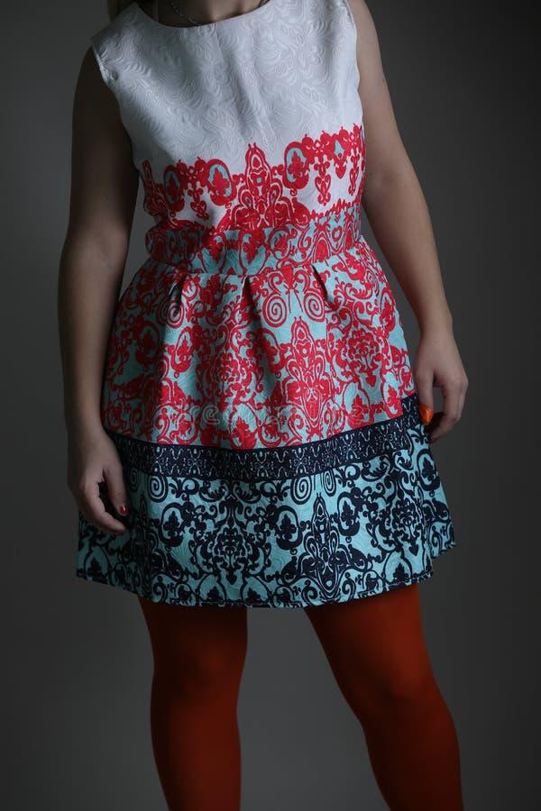 Elegantes farbiges Kleid für Frauen im Studio stockbilder