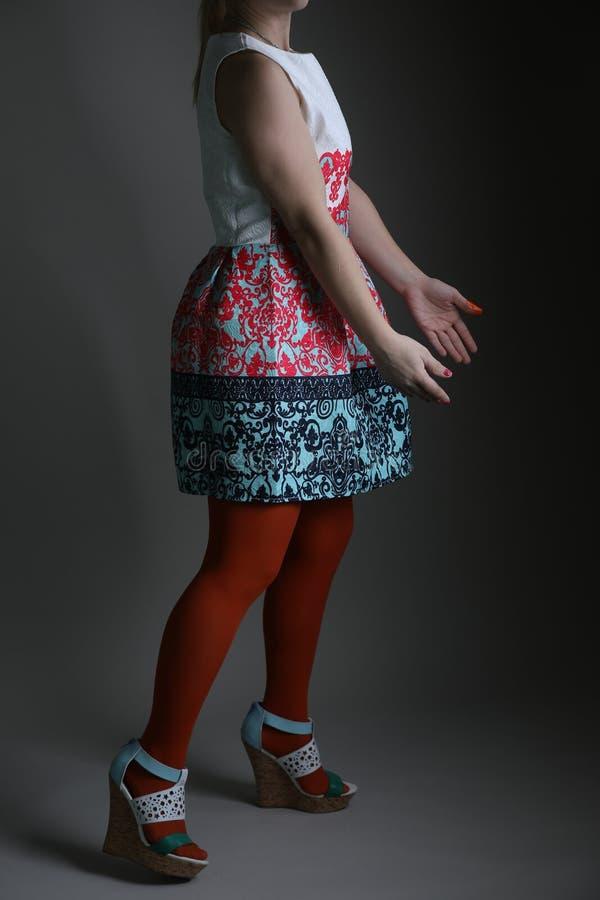 Elegantes farbiges Kleid für Frauen im Studio lizenzfreies stockbild