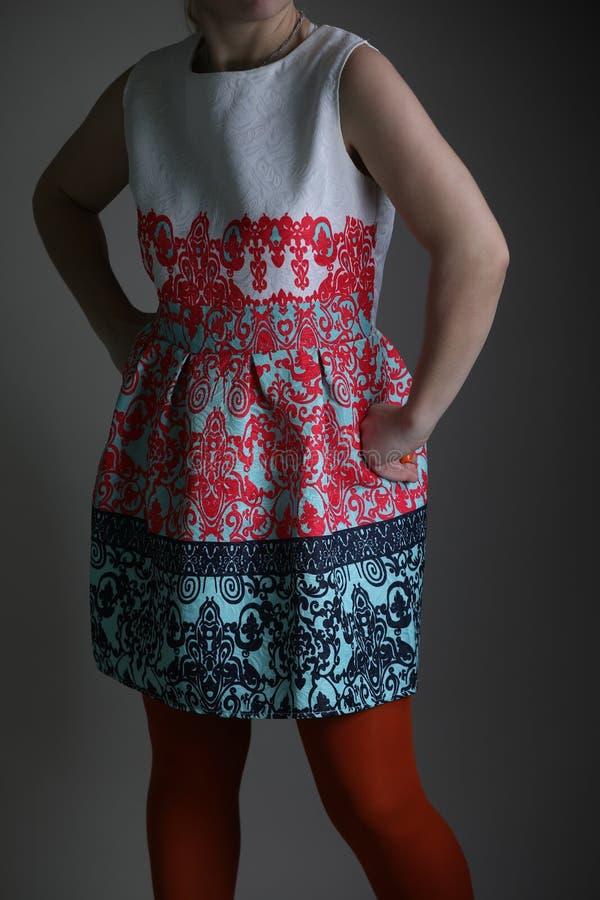 Elegantes farbiges Kleid für Frauen im Studio stockfoto