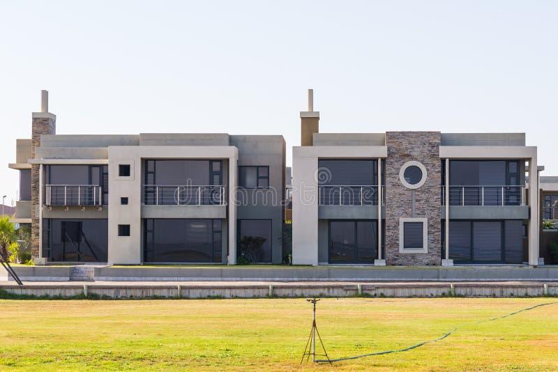 Elegantes Feiertagslandhaus und modernes Wohnhaus in der Walfischbucht, Namibia, Afrika lizenzfreie stockfotografie