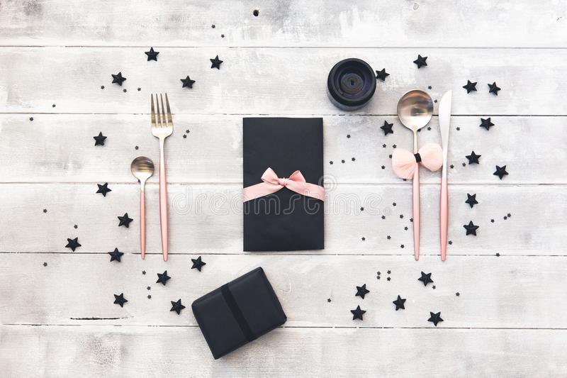 Elegantes Gedeck des Zaubers Hochzeits- oder Parteikonzept Romantisches Abendessen lizenzfreie stockbilder